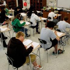 HIT NA DRUŠTVENIM MREŽAMA: Studenti na glavama nose KARTONSKE KUTIJE, a razlog će vas ŠOKIRATI! (FOTO)