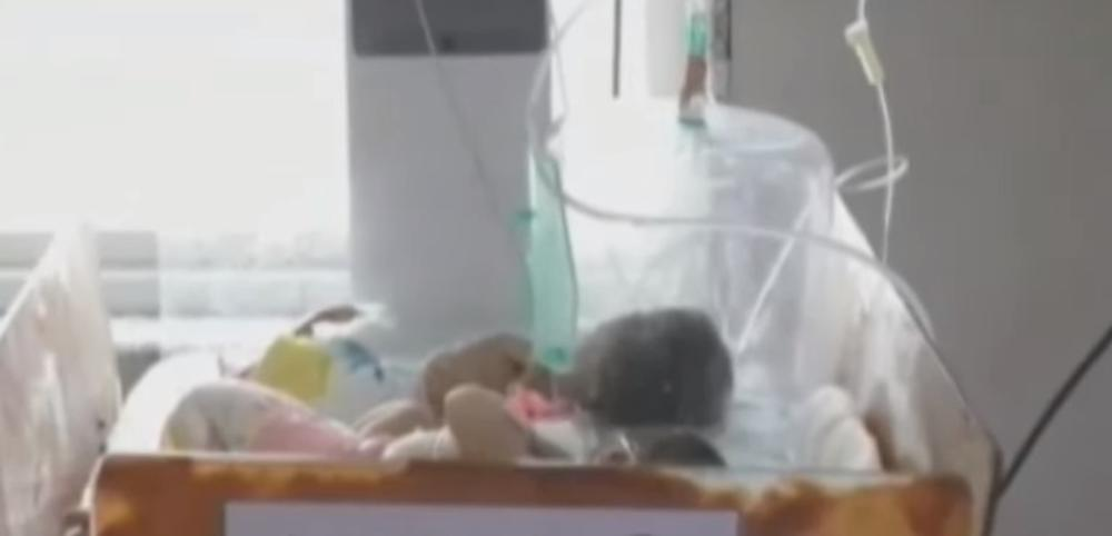 HOROR! OTIŠAO DA SAHRANI DETE, PA U ZEMLJI NAŠAO ŽIVU BEBU: Devojčica bila zakopana u zemljanom ćupu, sam Bog je spasio! (VIDEO)