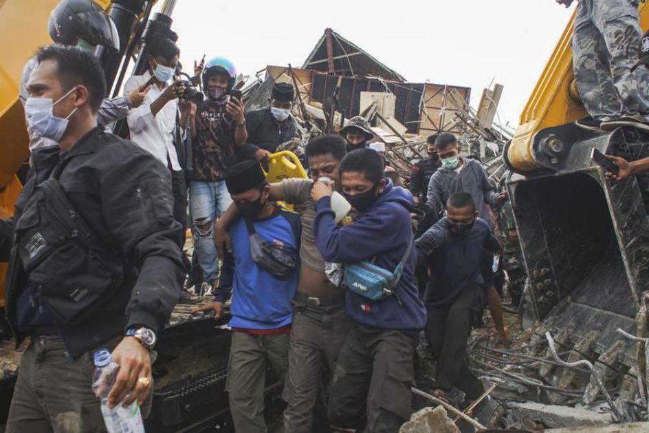 HOROR POSLE ZEMLJOTRESA U INDONEZIJI: Spasioce koče oštećeni mostovi i putevi i nestanak struje (VIDEO)