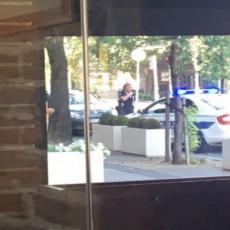 HOROR U CENTRU BEOGRADA! Izvadio sekiru i jurio čoveka, policija odmah reagovala