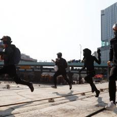 HOROR U HONG KONGU: Muškarac ubijen tokom demonstracija! Krenuo na pauzu PA ZADOBIO SMRTONOSNI UDARAC (VIDEO)