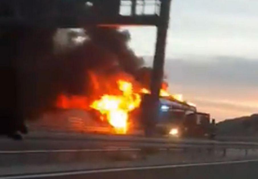 HOROR U HRVATSKOJ: Zapalio se češki autobus na auto-putu, vatrena stihija progutala celo vozilo! (VIDEO)
