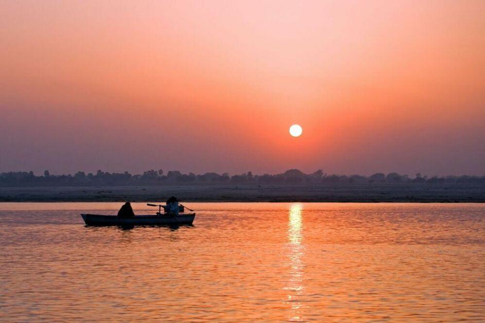 HOROR U INDIJI, VLASTI MREŽAMA HVATAJU TELA LJUDI UMRLIH OD KORONE: Rodbina ne može da ih kremira, samo ih bace u reku! VIDEO