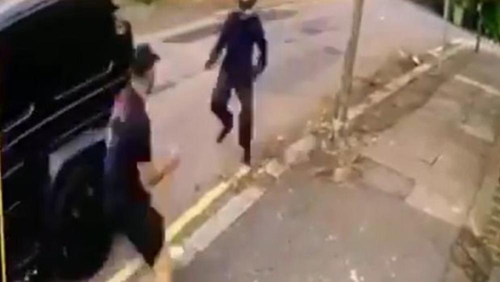 HRABRI I NEUSTRAŠIVI KOLAŠINAC KRENUO NA NOŽ: Reprezentativac Bosne i Hercegovine juirio i napadače koji su napali njega i Ozila (VIDEO)
