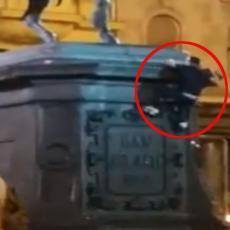 HRVATI SE HVATALI ZA GLAVU: Mladić se popeo na spomenik banu Jelačiću, nakon toga USLEDIO MUK! (VIDEO)