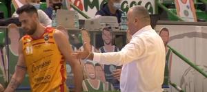HRVATSKI STRUČNJAK PONOVO NASRNUO NA IGRAČA: Prvo ga grdio, pa udario! (VIDEO)