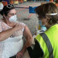 HTELA DA SE UDA ALI JOJ KORONA NEĆE POKVARITI PLANOVE: Venčanicu proglasila haljinom za vakcinaciju (FOTO)