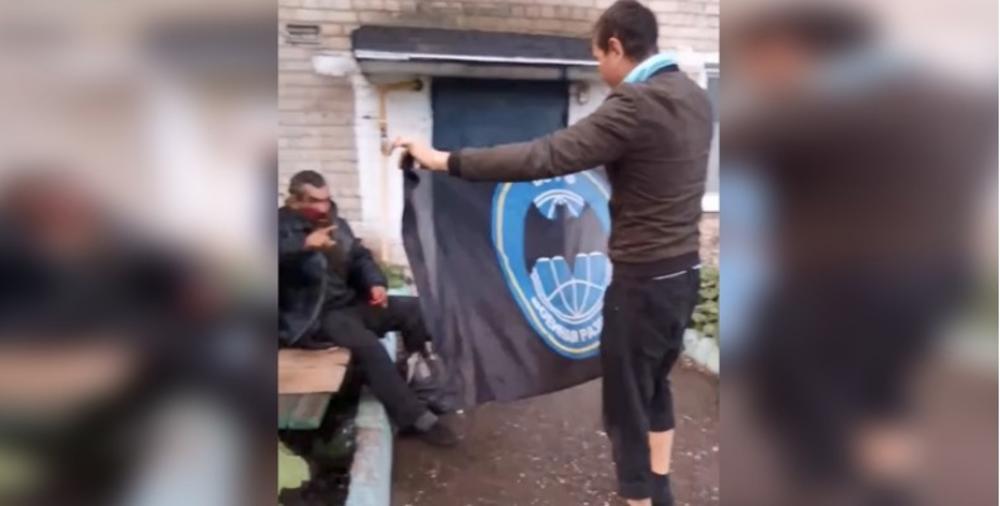 HULIGAN OTEO IZVIĐAČKU ZASTAVU I POČEO DA GAZI BESKUĆNIKA U RUSIJI: Pokušao da nagovori i decu da mu pomognu! (VIDEO)