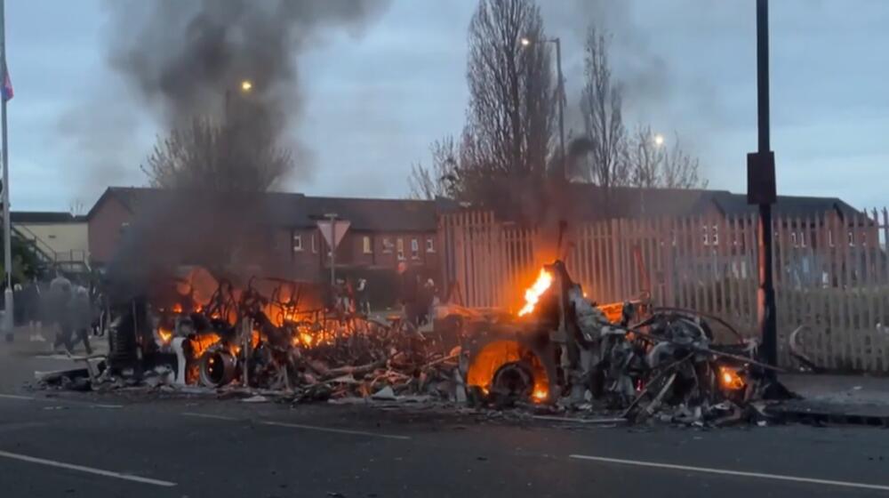 HULIGANI OTELI I ZAPALILI AUTOBUS U BELFASTU: Haos se nastavlja u Severnoj Irskoj