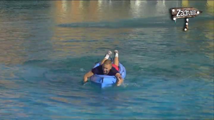 HVALIO SE DA NAJBOLJE VESLA, A ONDA SE OBRUKAO! Brendon pao u vodu na početku izazova, zadrugari LIKOVALI! (VIDEO)