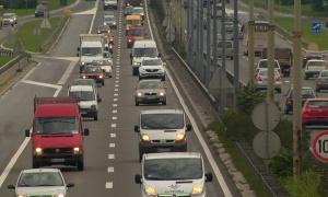 Haos na autoputu: Prevrnuo se šleper, a ljudi vade kofere iz kola i peške idu ka aerodromu