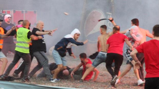 Haos na derbiju u Albaniji, baklje, tuče, hapšenja...