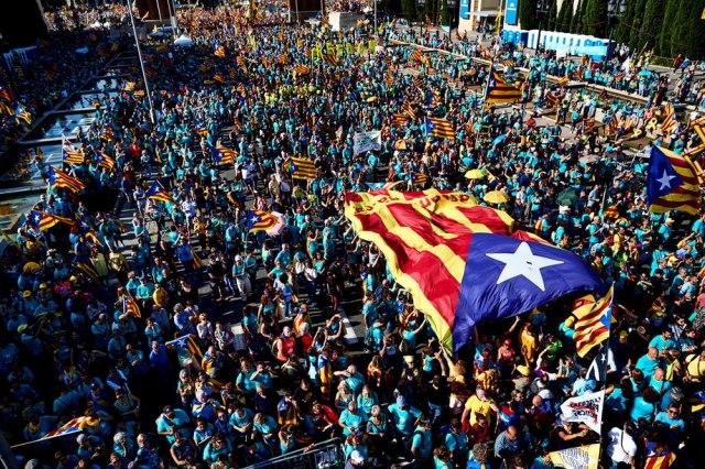 Zaoštravanje sukoba u Barseloni: Ulice gore, policija upotrebila suzavac VIDEO/FOTO