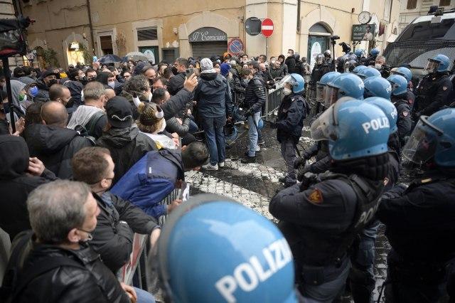 Haos u Italiji: Uzvikivali Svi smo radnici i gađali policiju kamenicama VIDEO/FOTO