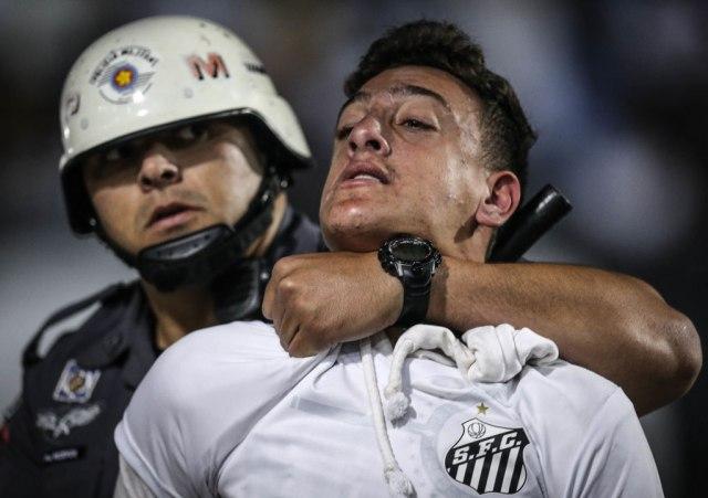 Haos u Sao Paulu  divljali navijači Santosa, radili pendreci VIDEO