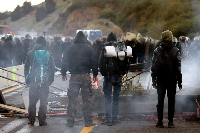 Hapšenja na granici: Demonstranti blokirali prelaz, kamion krenuo na njih VIDEO