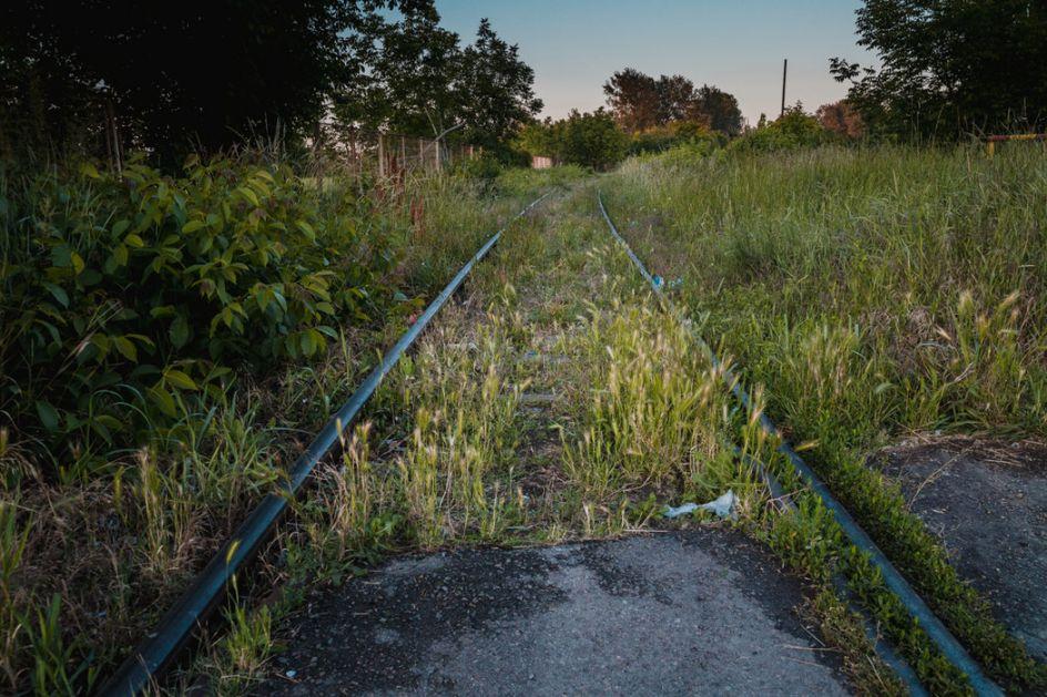 Hemijski voz uklanja rastinje oko srpskih pruga
