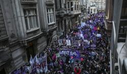 Hiljade ljudi u Istanbulu tražilo da se zaustavi nasilje nad ženama u Turskoj (VIDEO)
