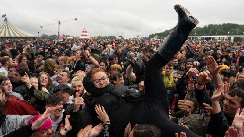Hiljade posetilaca na hevi metal festivalu u Britaniji - prvom od početka pandemije