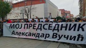 Hiljadu članova SNS u Vranju protestovalo zbog crtanja mete na liku Vučića