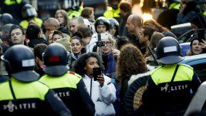 Holandski demonstranti protiv policijskog časa zapalili centar za testiranje na korona virus
