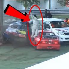 Honda je udarila u drvo i RASPOLUTILA SE, vozačica je LETELA kroz vazduh, a najveći ŠOK je tek usledio (VIDEO)