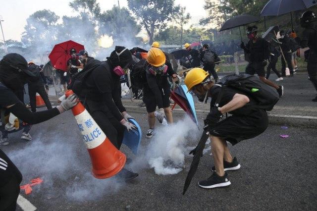 Hongkong: Policija traži dozvolu za policijski čas, srednjoškolca optužuju za napad