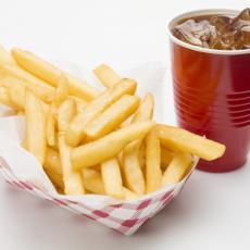 Hrana koja KVARI RASPOLOŽENJE: Na spisku su pomfrit, pivo, kafa, sokovi - i još namirnica koje SVI volimo