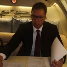 Hvala na gostoprimstvu! Predsednik objavio SNIMAK IZ AVIONA: Vraća se iz Švajcarske, a ONI GA PRATE! (VIDEO)