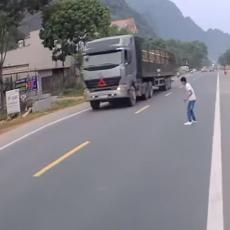 I BOG POGLEDA BUDALU! Krenuo je da prelazi ulicu između dva kamiona - ovako se spasio! (VIDEO)