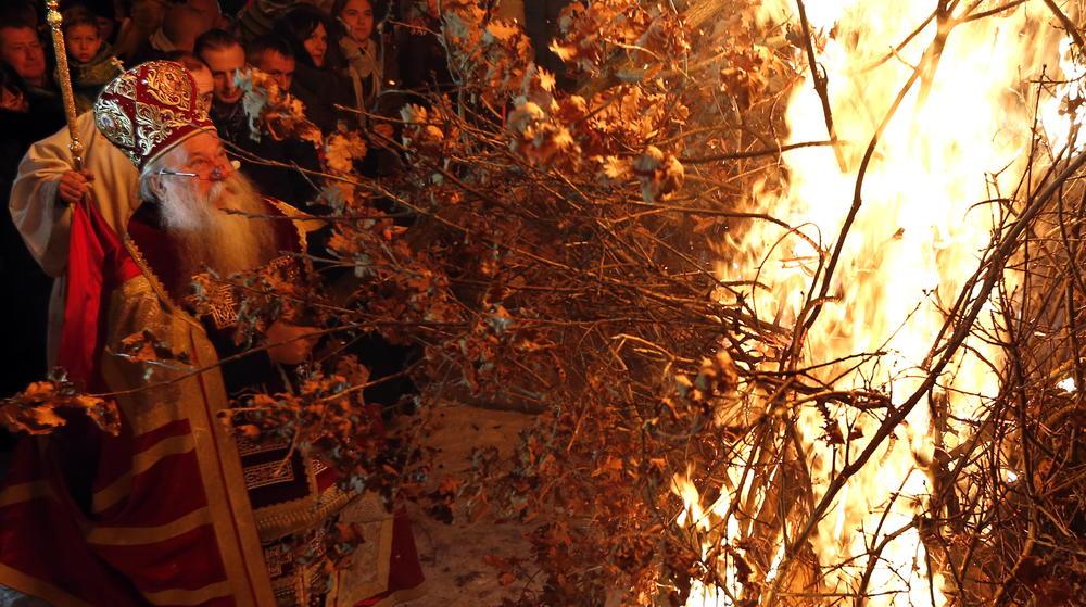 I SARAJEVSKI SRBI ZAPALILI BADNJAK: Proslava počela u staroj crkvi Svetih Arhanđela Mihaila i Gavrila (FOTO)