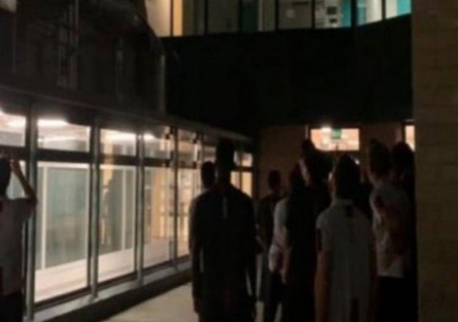IGRAČI BOLONJE SVRATILI SINIŠI U POSETU: Fudbaleri po porvatku iz Breše došli ispred bolnice i u po noći skandirali Mihajloviću dok se nije pojavio na prozoru! EMOTIVNO (VIDEO)