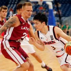 IMAMO KOŠ SEZONE: Letonski košarkaš pogodio sa preko pola terena! (VIDEO)