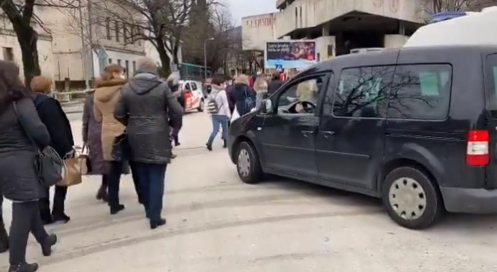INCIDENT U MOSTARU NA PROTESTU MEDICINARA: Vozač hteo da prođe kroz kolonu, nekoliko muškaraca nasrnulo na njega (VIDEO)