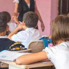 INCIDENT U SEČANJSKOJ ŠKOLI: Otac PRETIO učiteljici da će joj skinuti glavu, prvaci se RASPLAKALI?!