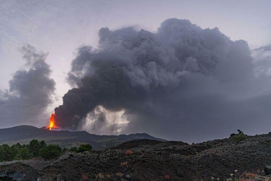 INDONEZIJA: Erupcija vulkana izazvala šumski požar, stub pepela išao 800 metara uvis