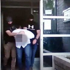 INSPEKTOR STOLIĆ SA LISICAMA NA RUKAMA: Ekskluzivan snimak hapšenja pripadnika SBPOK-a koji je pomagao Belivuku