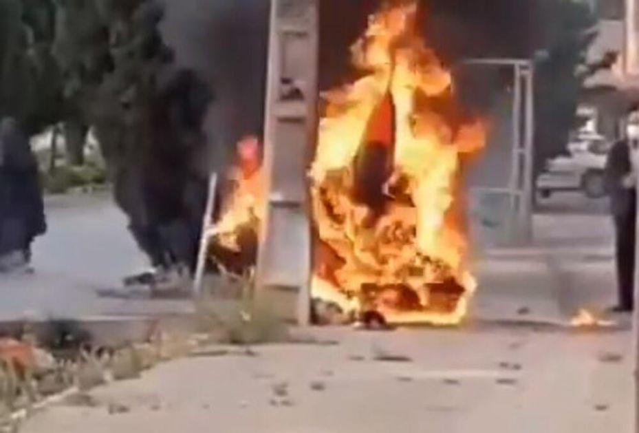 IRANSKI LOVAC 5 GENERACIJE IZGOREO KAO BUKITNJA NA ULICI POSLE PADA: Ljudi nemo posmatrali kako vatra guta letelicu! VIDEO