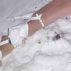 ISKOČILA ZADNJICA I BUJNO POPRSJE: Pevačica, oskudno odevena, PALA u sneg! Izdale je visoke štikle?