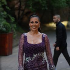IZAZOVNIM DEKOLTEOM POMUTILA PAMET SVIMA! Ceca OKRUŽENA luksuzom, uživa na Kipru kao KRALJICA!