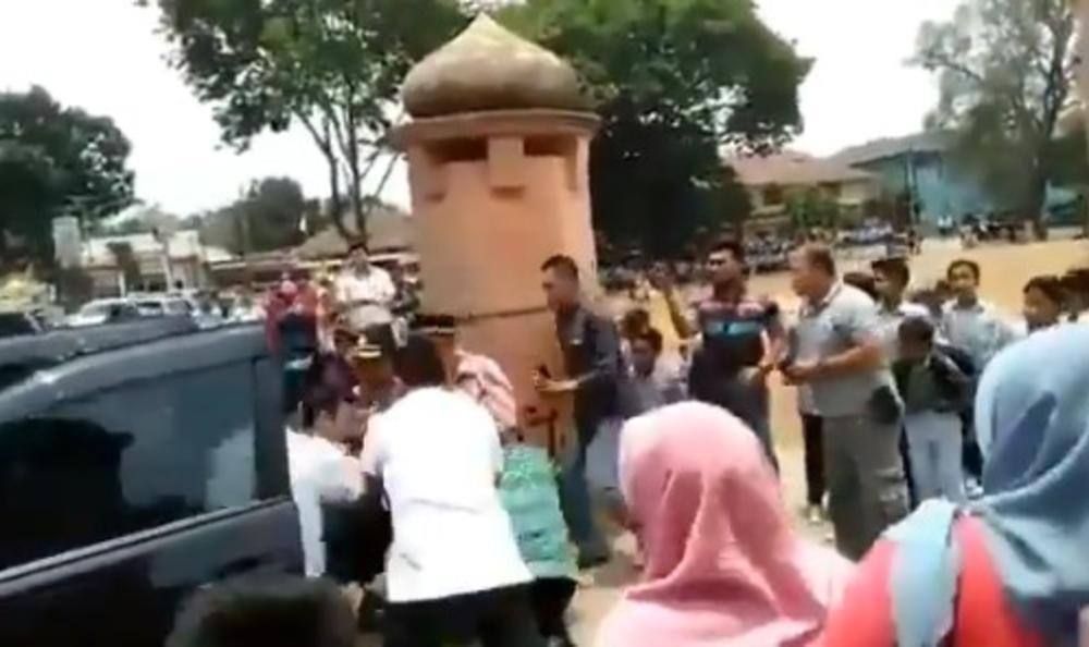 IZBODEN INDONEŽANSKI MINISTAR BEZBEDNOSTI: Samo što je izašao iz kola kad ga je napao islamista! (VIDEO)