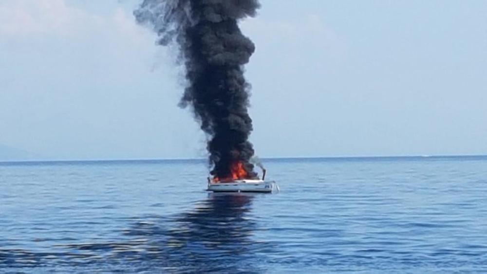 IZGORELA JEDRILICA KOD SPLITA: Spaseno dvoje ljudi, ali brodiću nije bilo spasa