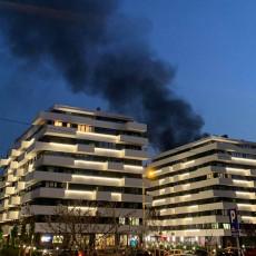 IZNENADIO ME JE ZVUK Građani uznemireni nakon drame na Novom Beogradu, sa vatrenom stihijom se borilo 27 vatrogasaca