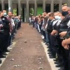IZNENAĐENI I UVREĐENI: Francuski policajci bacili lisice u znak protesta zbog optužbi za rasizam i brutalnost (VIDEO)