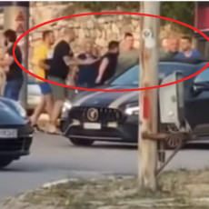 IZUDARALI GA PRED TRUDNOM SUPRUGOM I DECOM Napadnut biznismen iz Podgorice, preprečili mu put (VIDEO)