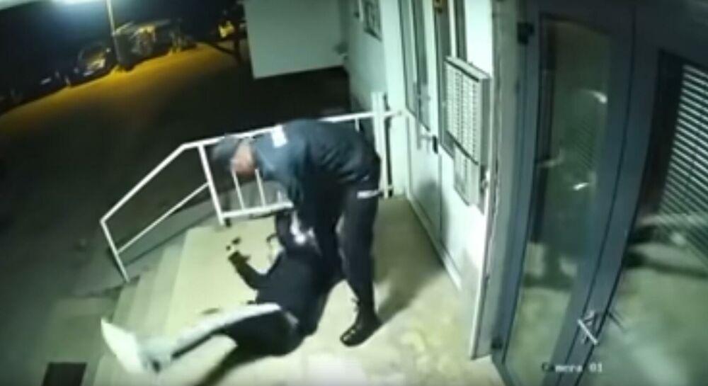 IZVINIO SAM SE, PONUDIO DA PLATIM KAZNU, ALI SU ONI KRENULI SA UDARCIMA: Oglasio se mladić kojeg su tukli policajci u Mostaru