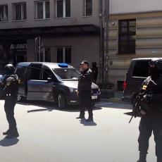 IZVOĐENJE DARKA ELEZA IZ TUŽILAŠTVA: Jake policijske snage, kolona se uputila prema državnom zatvoru (VIDEO)