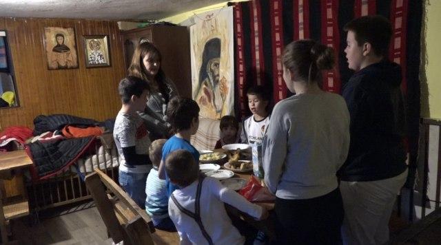 Ima 37 i samohrana je majka, brine o čak 11 dece: Kad se sprema ručak onda mora u veliku šerpu