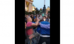 Incident ispred Skupštine, uhapšen muškarac: Udario aktivistkinju DS na protestu (VIDEO)