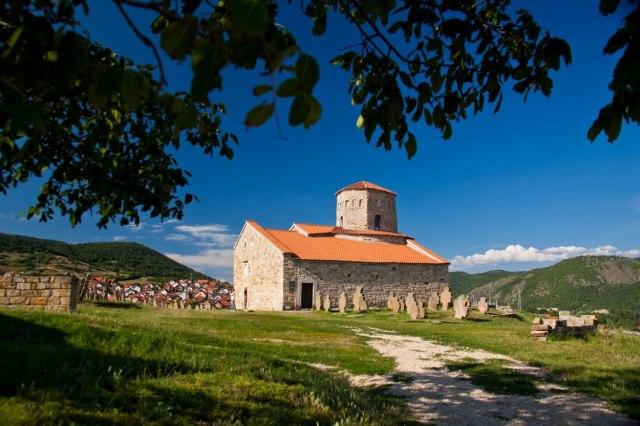 Ispod naslaga šuta u porti Petrove crkve krije se - srednji vek
